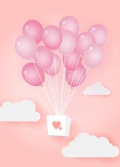 Balão de ar do coração fez origami flutuar sobre o céu