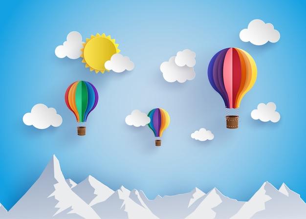 Balão de ar quente colorido voando sobre moutain