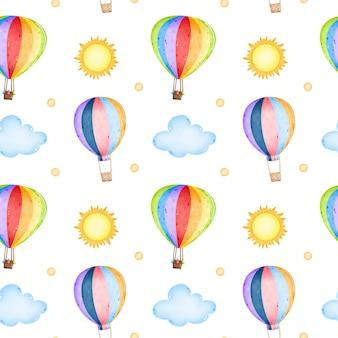 Balão de ar quente de arco-íris dos desenhos animados com guirlandas no céu entre as nuvens e o padrão sem emenda do sol
