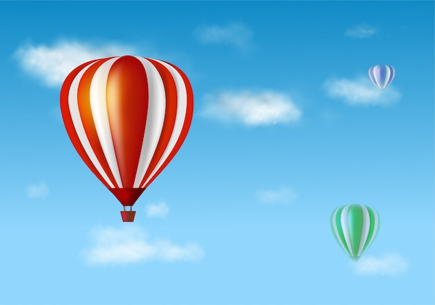 Balão de ar quente e nuvens no céu azul