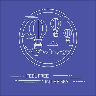 Balão de ar quente no céu com as nuvens isoladas no fundo azul.
