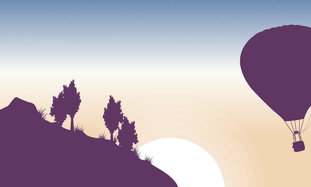 Balão de ar quente no céu da silhueta