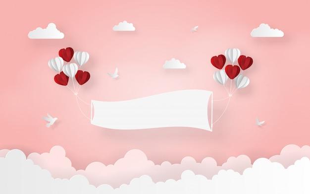 Balão em forma de coração com rótulo em branco no céu