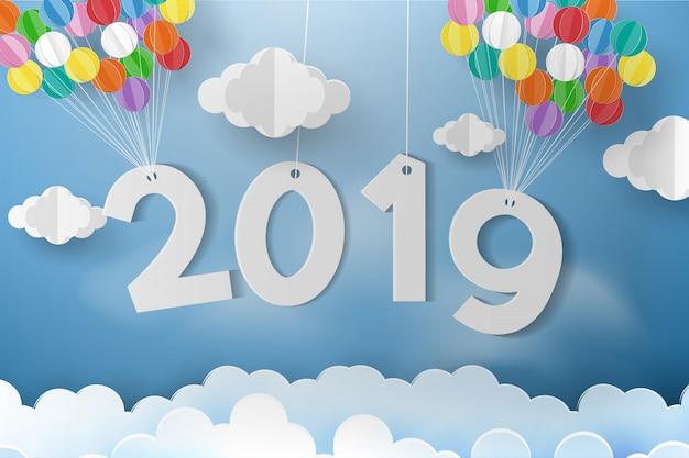 Balão sobre a nuvem com cartão e ano novo.