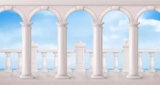 Balaustrada em mármore branco e colunas na varanda