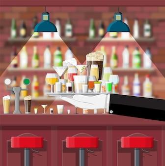 Balcão de bar e prateleiras com garrafas de álcool