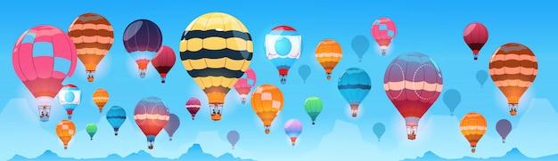 Balões de ar coloridos voando no banner do céu de dia