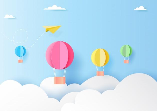 Balões de ar quente coloridos no estilo da arte do papel do céu azul
