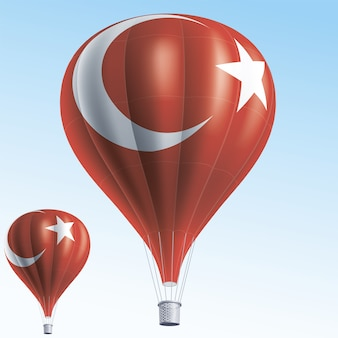 Balões de ar quente pintados como a bandeira da turquia