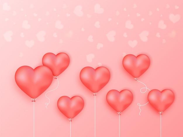 Balões de coração brilhante sobre fundo vermelho claro.