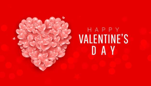 Balões de coração realistas moldam uma decoração aérea em um fundo vermelho.