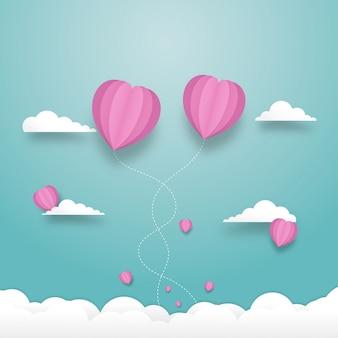 Balões de coração voando no céu com nublado