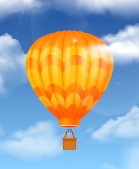 Baloon na composição realista do céu com símbolos de viagens aéreas