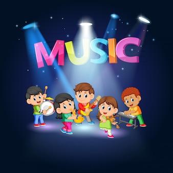 Banda de grupo crianças tocando música no palco