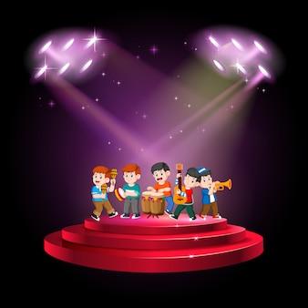 Banda de grupo tocando música no palco