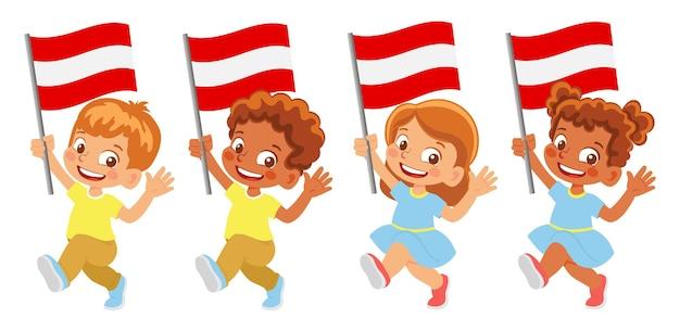 Bandeira da áustria na mão. crianças segurando uma bandeira. bandeira nacional da áustria