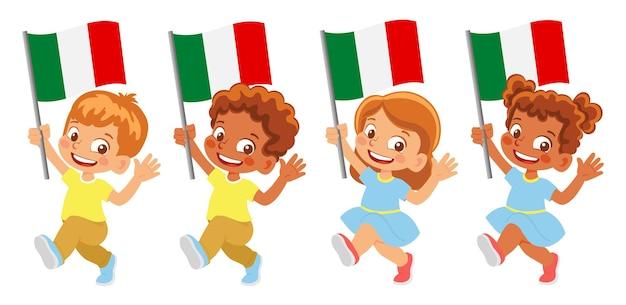 Bandeira da itália na mão. crianças segurando uma bandeira. bandeira nacional da itália