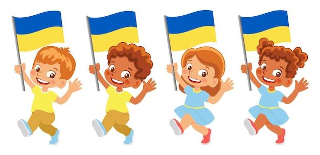 Bandeira da ucrânia na mão. crianças segurando uma bandeira. bandeira nacional da ucrânia