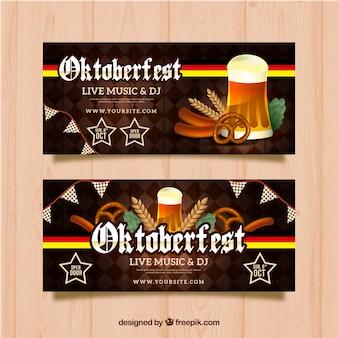 Bandeira de oktoberfest com cerveja, salsichas e pretzels