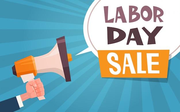 Bandeira de publicidade de venda do dia do trabalho com a mão segurando o megafone 1 de maio desconto conceito
