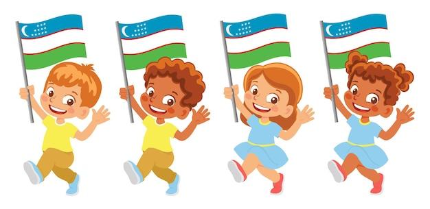 Bandeira do uzbequistão na mão. crianças segurando uma bandeira. bandeira nacional do uzbequistão