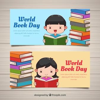 Bandeiras do dia do livro mundial com crianças bonitas