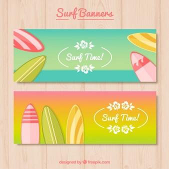 Bandeiras do verão com pranchas coloridas