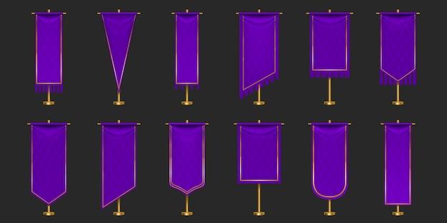 Bandeiras flâmulas da maquete de cores roxas e douradas, banners verticais em branco com diferentes formas de borda penduradas no mastro.