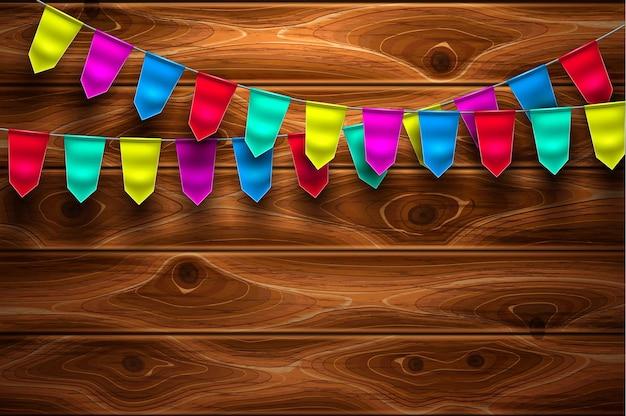 Bandeirinhas festivas em fundo de textura de madeira