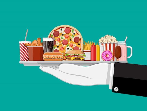 Bandeja com fast-food na mão do garçom.
