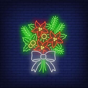 Bando de galhos de pinheiro-alvar, flores de poinsétia sinal de néon