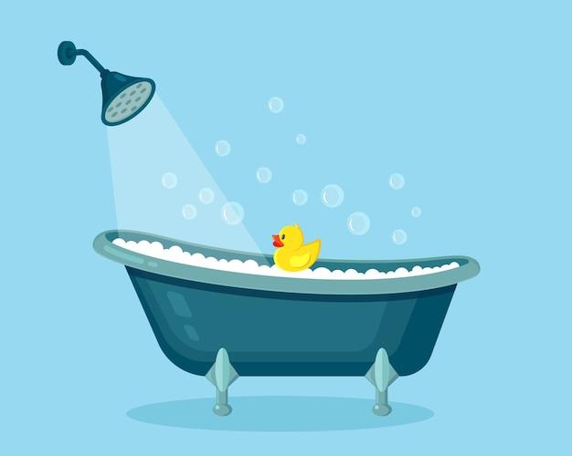 Banheira cheia de espuma com bolhas. interior do banheiro. torneiras de chuveiro, sabonete, pato de borracha