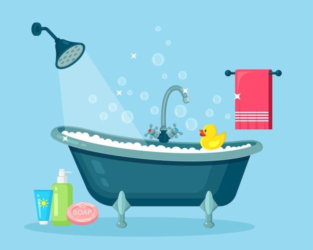 Banho cheio de espuma e bolhas. interior da casa de banho torneiras de duche, sabonete, banheira, pato de borracha, toalha rosa