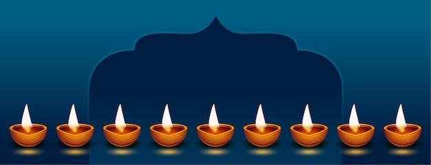 Banner de diwali feliz com muitas decorações diya