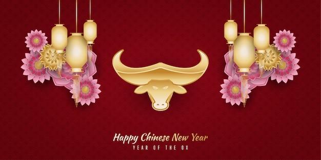 Banner de feliz ano novo chinês com boi dourado, lanternas e enfeites de flores coloridas