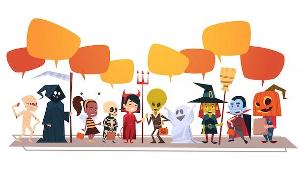 Banner de feliz dia das bruxas com monstros bonito dos desenhos animados com bolhas de bate-papo