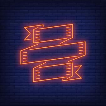 Banner de fita vermelha para rotulação banner em fundo de tijolo. modelo, emblema, quadro.