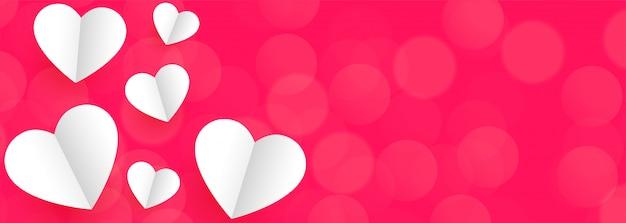 Banner de fundo rosa com corações de papel branco para dia dos namorados