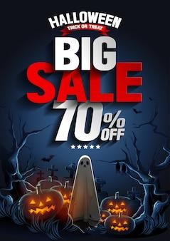 Banner de grande venda de halloween com fantasma flutuando no ar e abóboras à noite.