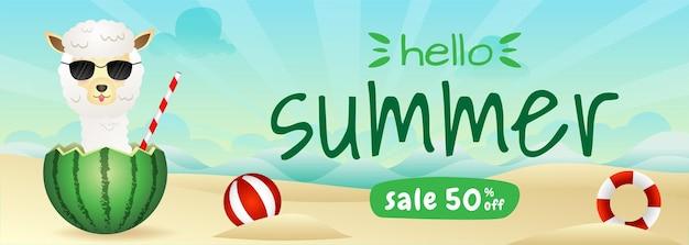 Banner de liquidação de verão com uma linda alpaca na melancia