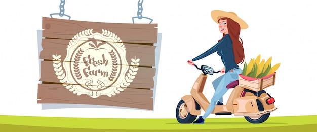 Banner de logotipo fazenda fresca com agricultor feminino em transporte de scooter elétrico com caixa de legumes