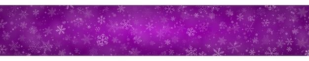 Banner de natal com flocos de neve de diferentes formas, tamanhos e transparências em fundo roxo