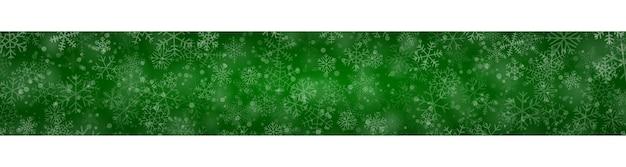 Banner de natal com flocos de neve de diferentes formas, tamanhos e transparências sobre fundo verde