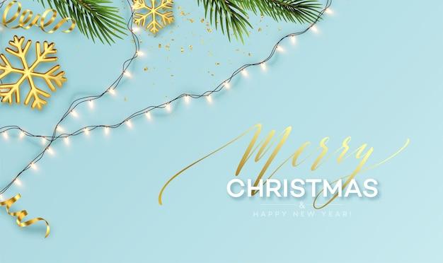 Banner de natal. luzes de guirlanda cintilante realista com flocos de neve de ouro e enfeites de ouro em um fundo com raminhos de árvore de natal. ilustração vetorial eps10