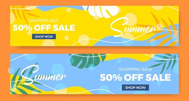 Banner de oferta de liquidação de verão com folhas tropicais em grande estilo
