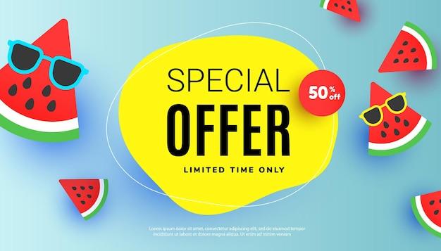 Banner de oferta especial de liquidação de verão com melancia fatiada e óculos de sol