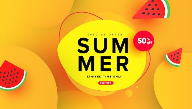 Banner de oferta especial de venda de verão com padrão de fatias de melancia e elementos de bolha