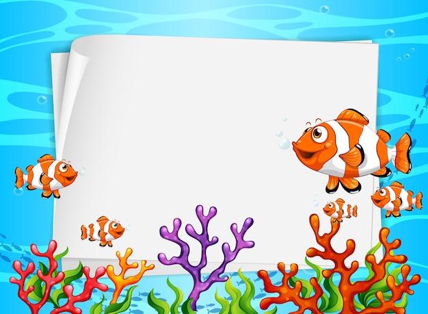 Banner de papel em branco com peixes exóticos e elementos da natureza submarina no fundo subaquático