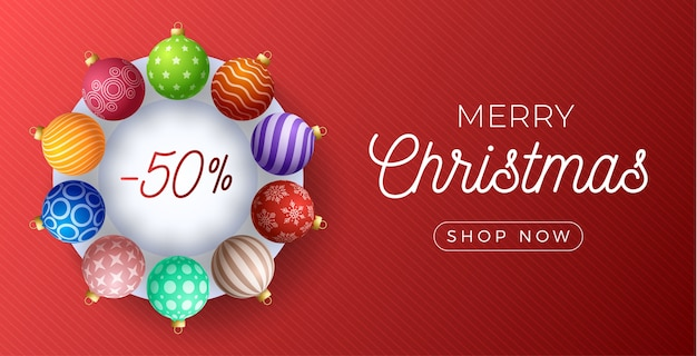 Banner de promoção de venda horizontal de natal. ilustração de férias com bolas de natal coloridas ornamentadas realistas sobre fundo vermelho.