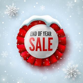 Banner de venda de final de ano com fita vermelha, tampa de neve e flocos de neve. emblema redondo.